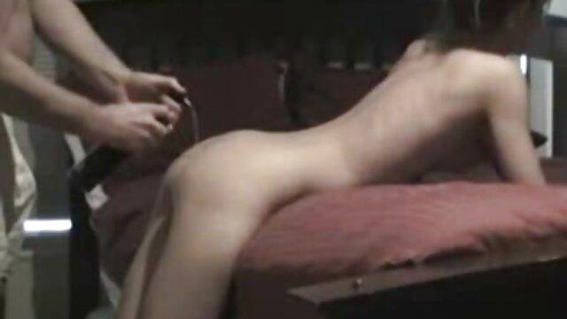 Alice March filme porno vierge utilise une pompe à chatte